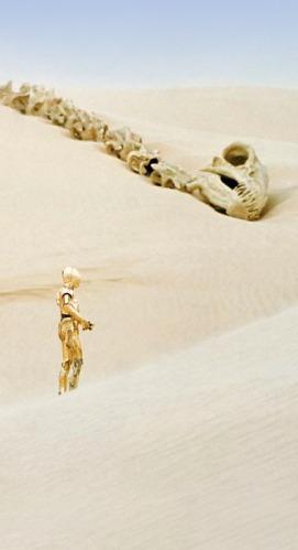 """See-Threepio wanders the Tatooine desert in """"Star Wars"""""""